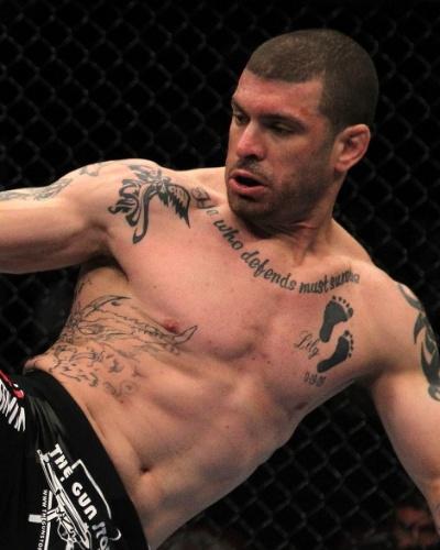 Mike Massenzio tem um grande número de tatuagens e entre elas duas meigas: os pezinhos de seus filhos tatuados na região do peito
