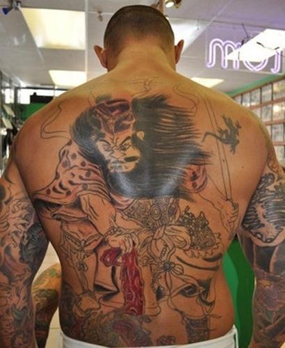 O brasileiro Thiago Silva tem tatuagens por todo o corpo, e entre elas ele praticamente fechou as costas com um desenho inspirado nos samurais, fez um soco inglês na mão e até uma coroa no pescoço