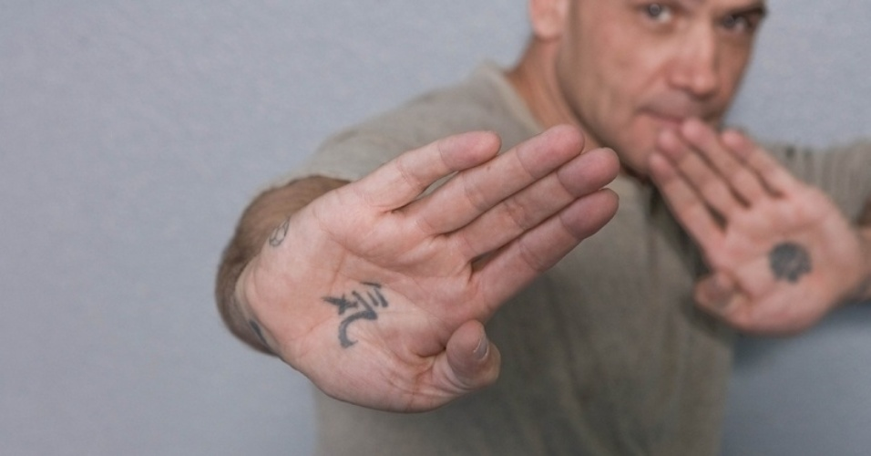O ex-lutador holandês Bas Rutten tem duas das tatuagens mais incomuns entre as personalidades do MMA. Ele resolveu desenhar símbolos em suas mãos. Na direita, diz ele está escrito