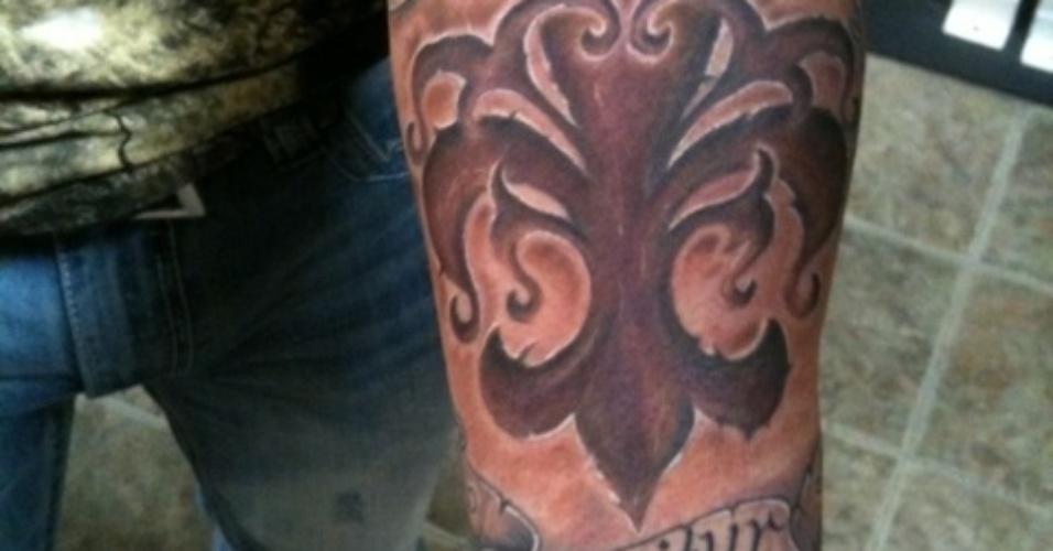 Randy Couture exibe a imagem de uma flor de lis que tatuou em seu braço. O ex-campeão do UFC sempre foi discreto, mas recentemente se deixou levar pela onda das tatuagens, muito comuns entre os lutadores