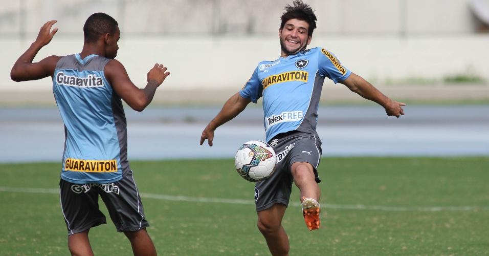 01 abr. 2014 - Lodeiro brinca com a bola durante treinamento do Botafogo na véspera de confronto pela Copa Libertadores
