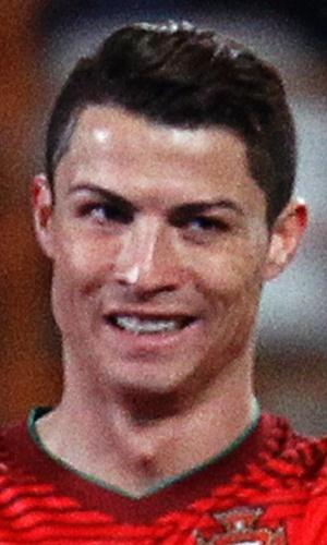 5.mar.2014 - Cristiano Ronaldo mostra que gostou de jogada da seleção portuguesa na goleada por 5 a 1 sobre Camarões, em amistoso disputado em Leiria (Portugal)
