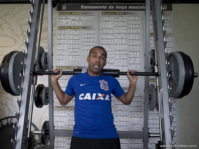 Emerson Sheik, atacante do Corinthians, faz musculação no CT Joaquim Grava