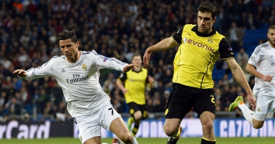 02.abr.2014 - Cristiano Ronaldo caiu no gramado após dividida com Sokratis no duelo entre Borussia Dortmund e Real Madrid pela Liga dos Campeões