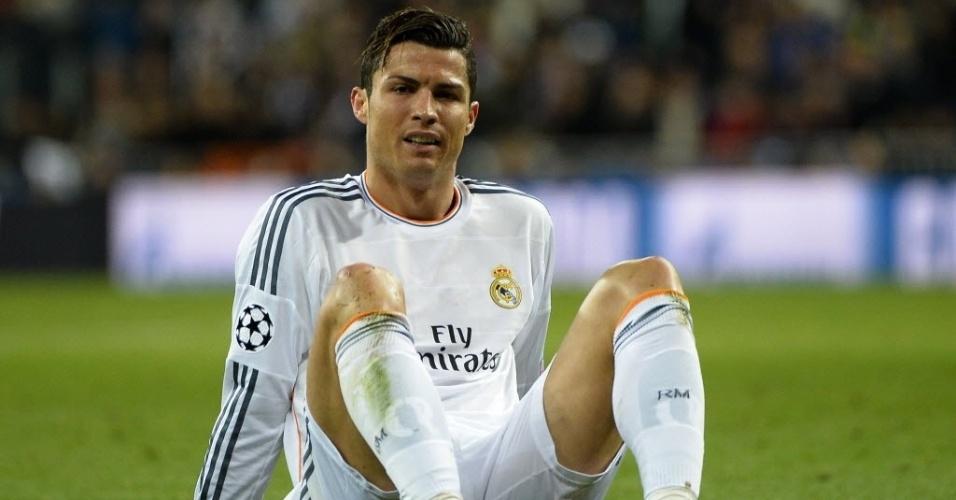 02.abr.2014 - Cristiano Ronaldo fica caído no gramado após ser tocado em dividida com Sokratis no duelo entre Borussia Dortmund e Real Madrid pela Liga dos Campeões