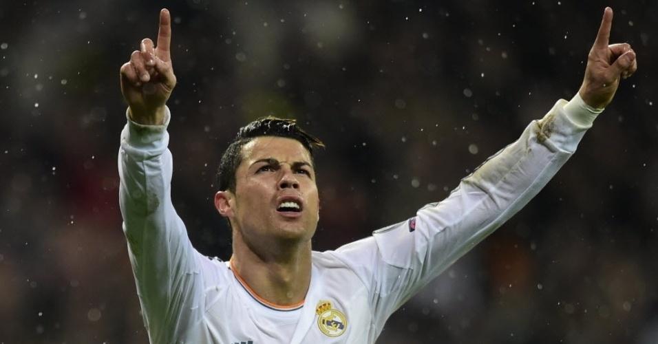 02.abr.2014 - Cristiano Ronaldo levanta as mãos para o alto na comemoração de seu gol na partida contra o Borussia, o terceiro do Real Madrid