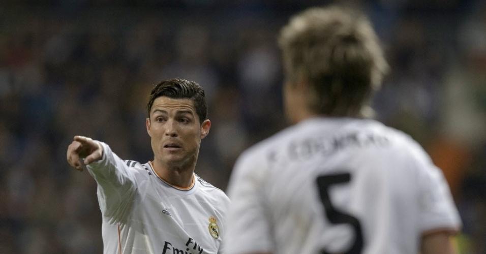 02.abr.2014 - Cristiano Ronaldo orienta seus companheiros de equipe durante a partida entre Real Madrid e Borussia Dortmund pelas quartas da Liga dos Campeões