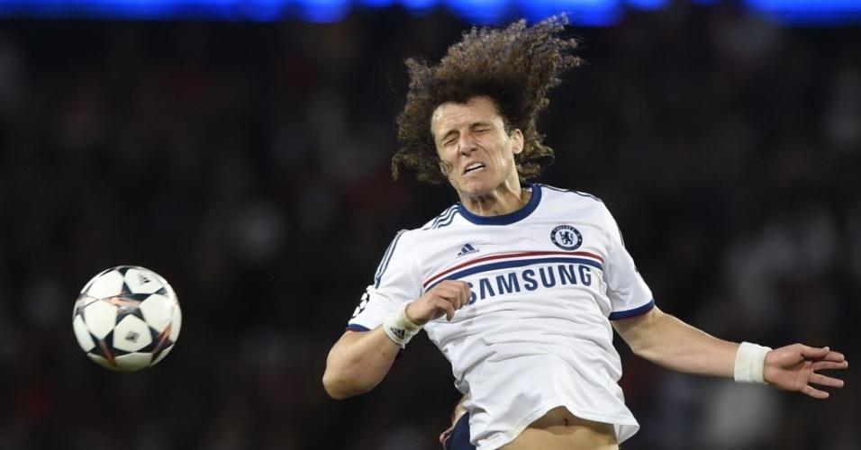 02.abr.2014 - David Luiz cabeceia no duelo entre Chelsea e PSG na Liga dos Campeões. O zagueiro brasileiro marcou um gol contra na partida
