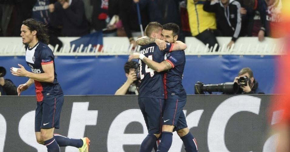 02.abr.2014 - Ezequiel Lavezzi abraça Marco Verratti após abrir o placar para o PSG no duelo contra o Chelsea com apenas três minutos de jogo