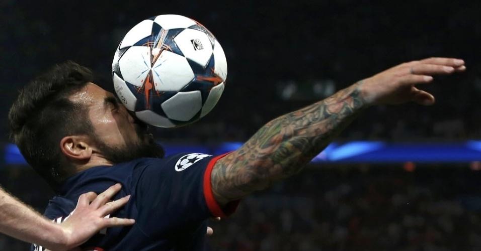 02.ABR.2014 - Ezequiel Lavezzi domina a bola com o nariz durante o jogo entre PSG e Chelsea pela Liga dos Campeões