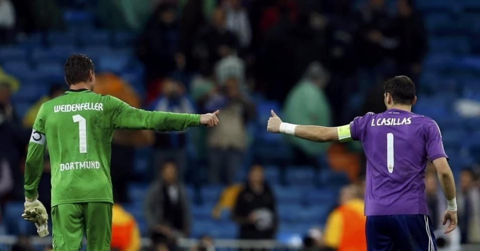 02.abr.2014 - Goleiros de Borussia Dortmund e Real Madrid, Roman Weidenfeller e Iker Casillas se cumprimentam após o duelo das quartas de final da Liga dos Campeões