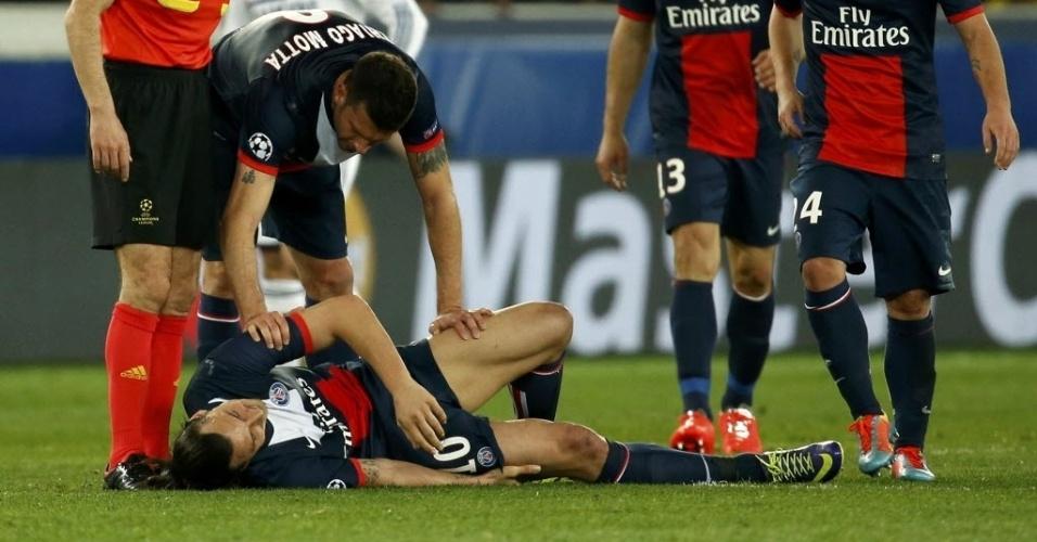 02.abr.2014 - Ibrahimovic cai no gramado com dores na coxa durante o jogo entre PSG e Chelsea pelas quartas de final da Liga dos Campeões