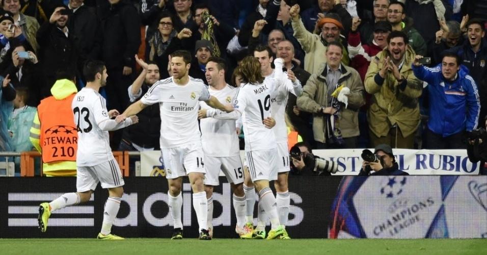 02.abr.2014 - Jogadores do Real Madrid comemoram o gol marcado por Gareth Bale aos três minutos do primeiro tempo do duelo contra o Borussia Dortmund