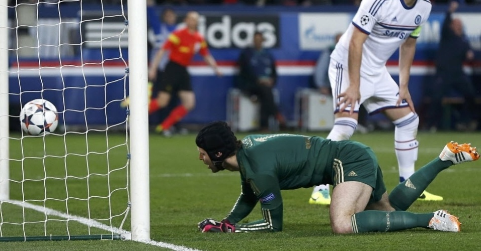 02.abr.2014 - Petr Chec observa a bola entrar no gol após finalização de Lavezzi na partida entre PSG e Chelsea pela Liga dos Campeões