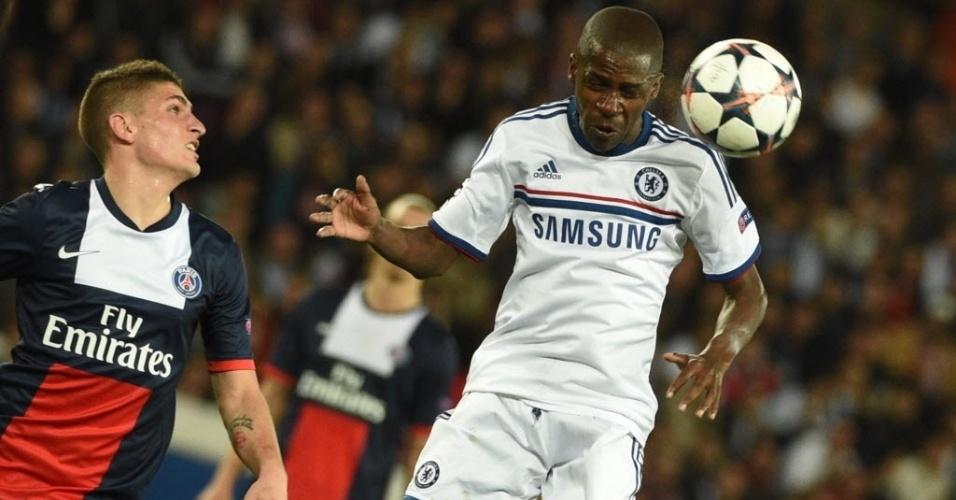 02.abr.2014 - Ramires cabeceia a bola para longe da área do Chelsea na partida contra o PSG pela Liga dos Campeões