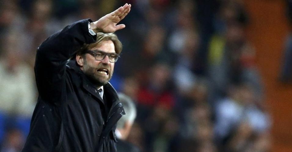 02.abr.2014 - Técnico do Borussia Dortmund, Jurgen Klopp perde a paciência durante a partida contra o Real Madrid pela Liga dos Campeões