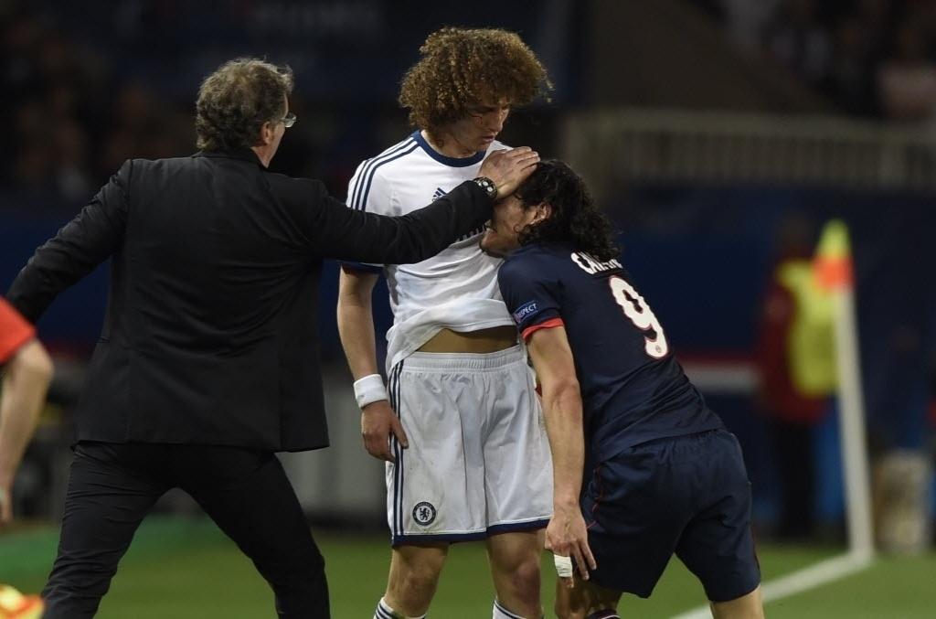 02.abr.2014 - Técnico do PSG, Laurent Blanc tenta acalmar os nervos de David Luiz e Cavani durante discussão no jogo de quartas de final da Liga dos Campeões