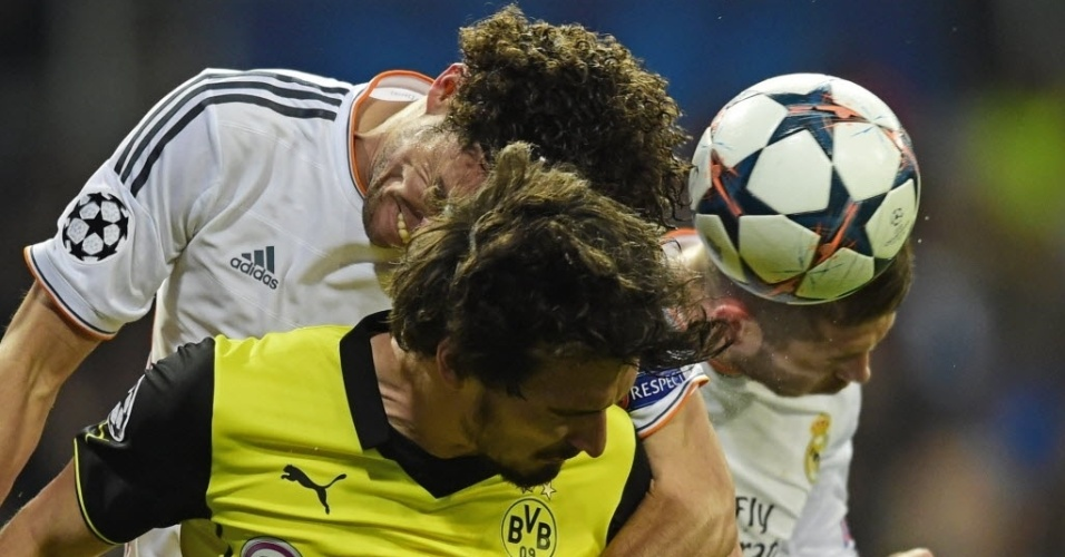 02.abr.2014 - Zagueiro do Borussia Dortmund, Mats Hummels disputa bola de cabeça com Pepe e Sergio Ramos durante jogo da Liga dos Campeões