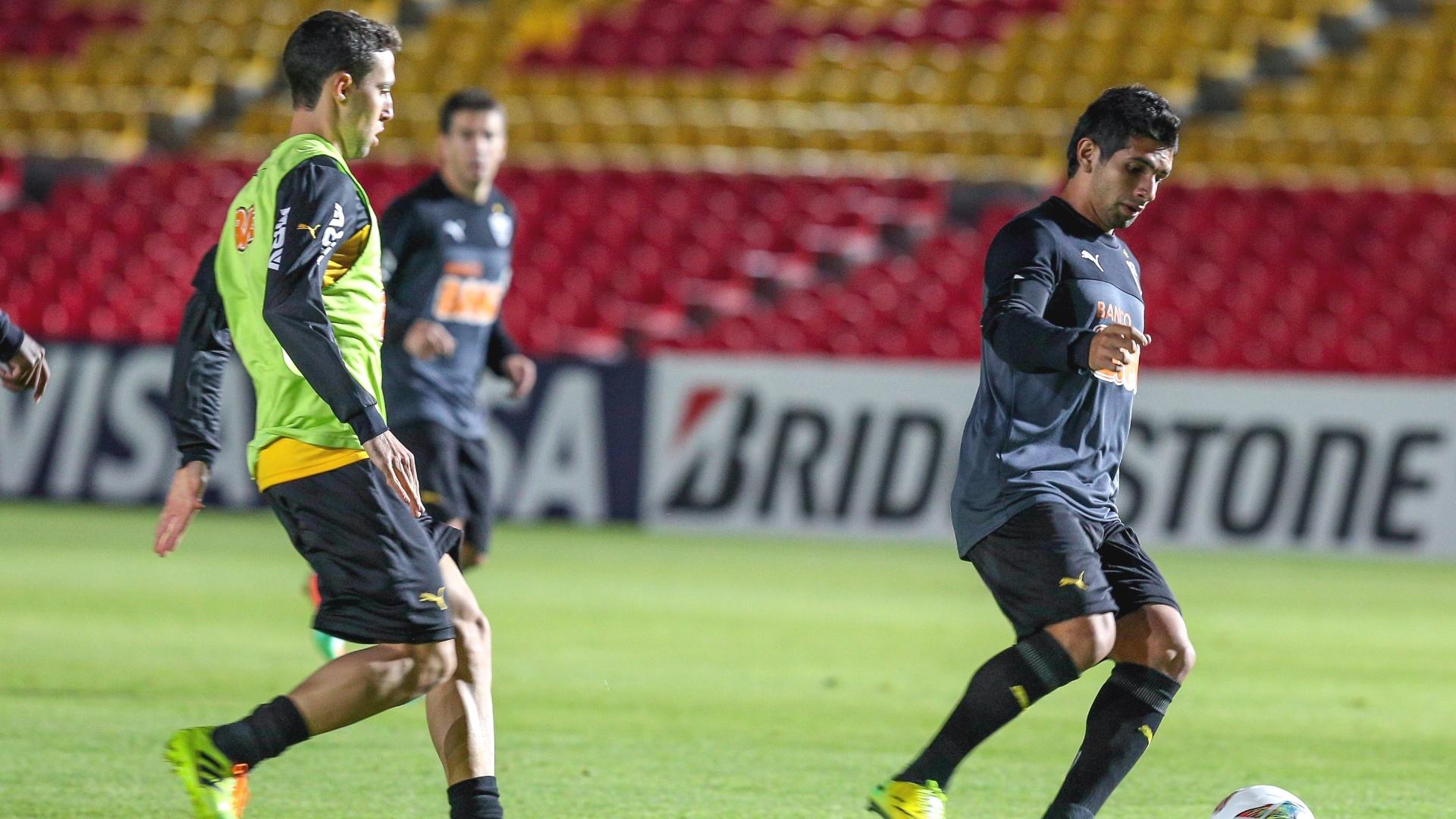 2 abril 2014 - Atacante Guilherme (à dir.) participa de treino do Atlético-MG em Bogotá, na Colômbia