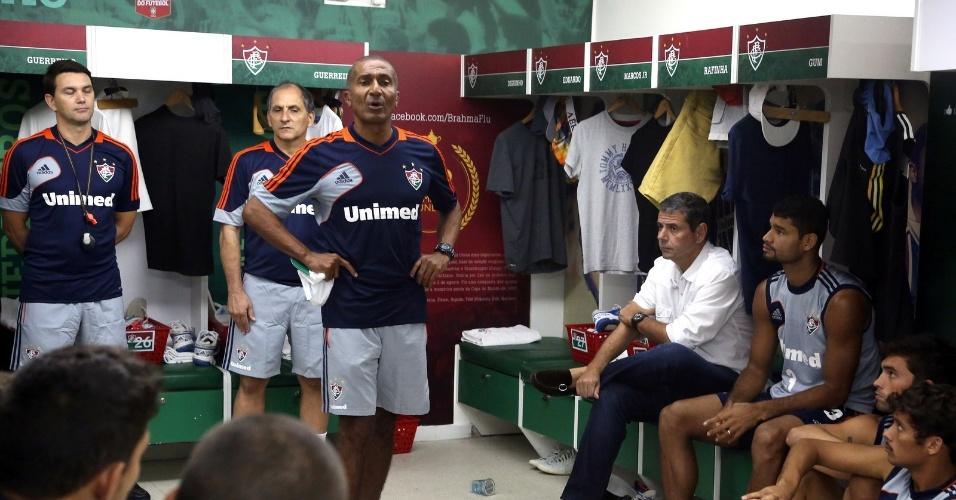 3.abr.2014 - Cristóvão Borges conversa com os jogadores do Fluminense após chegada