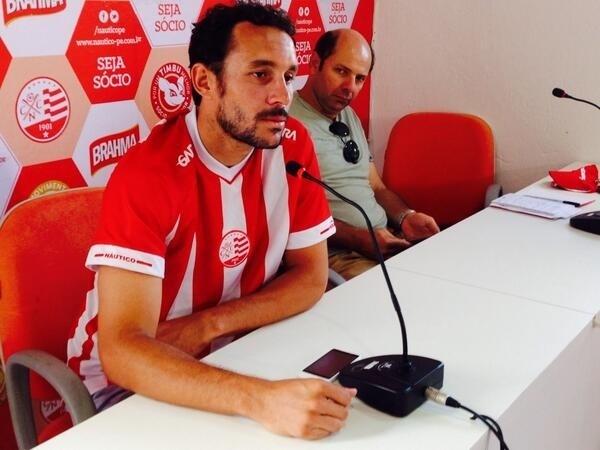O zagueiro Leonardo Luiz concede primeira entrevista como jogador do Náutico