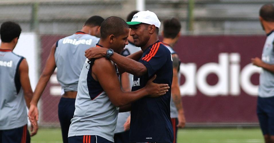 3.abr.2014 - Walter cumprimenta Cristóvão Borges durante treino do Fluminense
