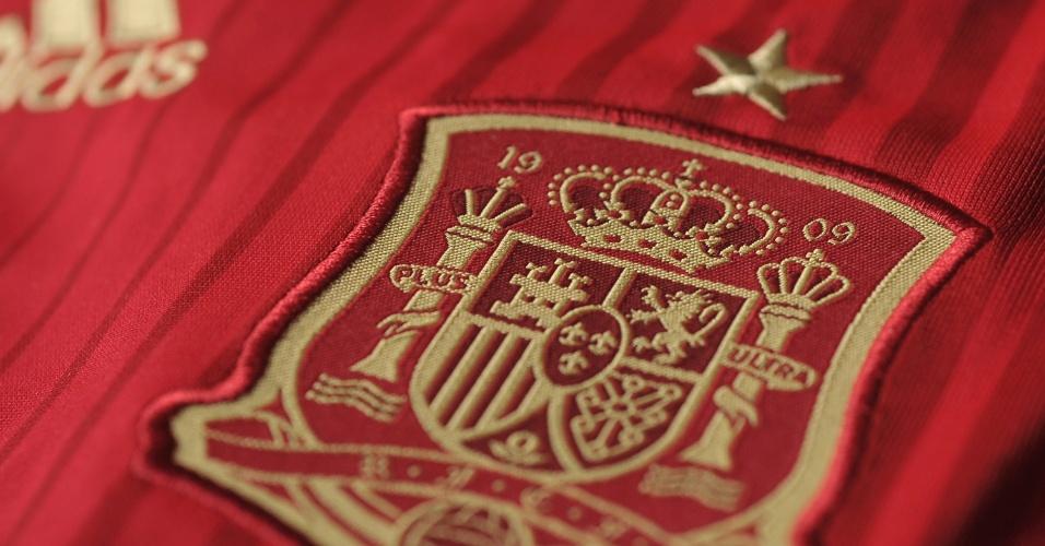 Espanha: camisa vermelha. Detalhe do escudo