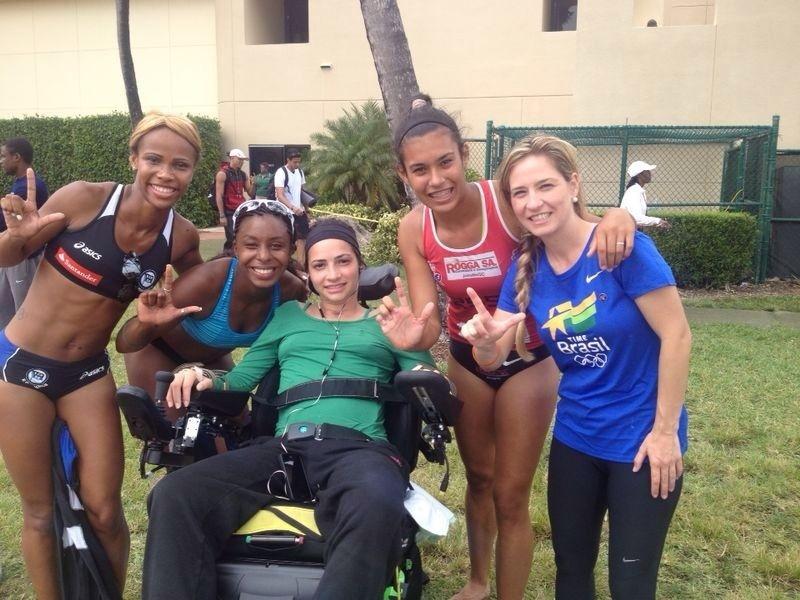 Lais Souza assiste à uma competição de atletismo com a seleção brasileira