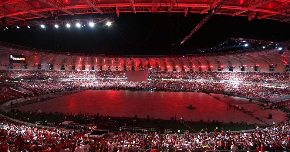 05 abr 2014 - Estádio Beira-Rio ganhou luzes vermelhas, cor do Internacional, durante a festa de reinauguração