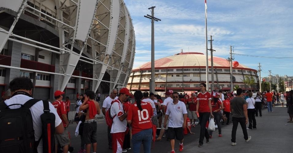 05 abr 2014 - Filas para entrada de torcedores no Beira-Rio