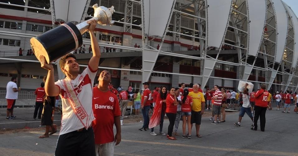 05 abr 2014 - Torcedor leva réplica da taça da Libertadores a inauguração do Beira-Rio