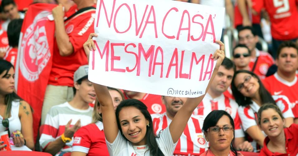 05 abr 2014 - Torcedora do Inter com cartaz em reinauguração do Beira-Rio
