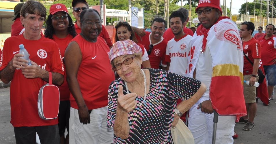 05 abr 2014 - Torcedora do Inter de 87 anos comparece a festa de reinauguração do Beira-Rio