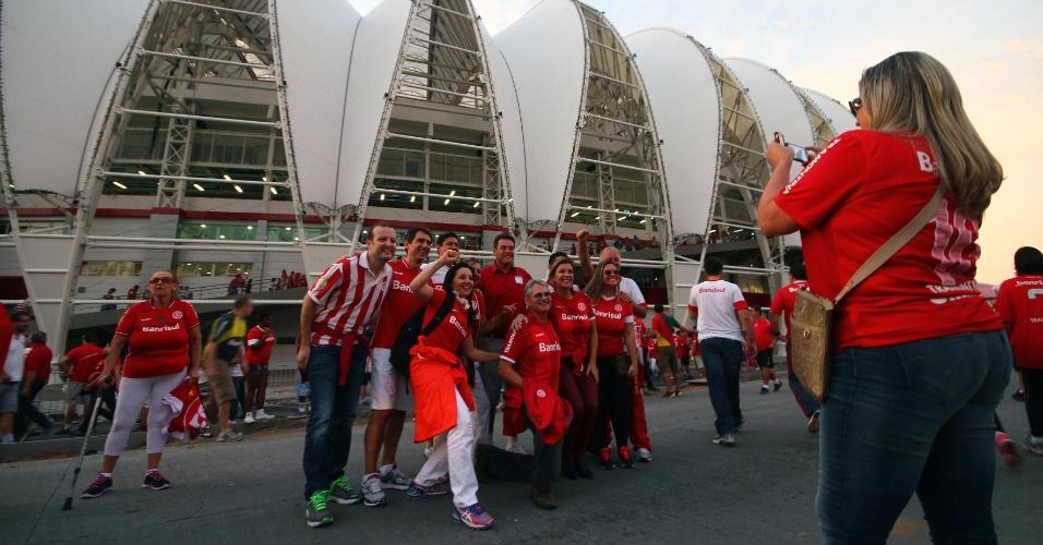 05 abr 2014 - Torcedores do Internacional chegam ao Beira-Rio para a festa de reinauguração do estádio do Internacional