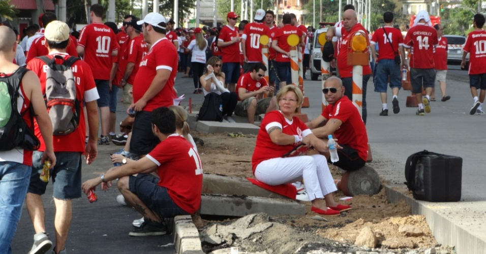 05 abr 2014 - Torcedores usam objetos de obra como banco à espera de show no Beira-Rio
