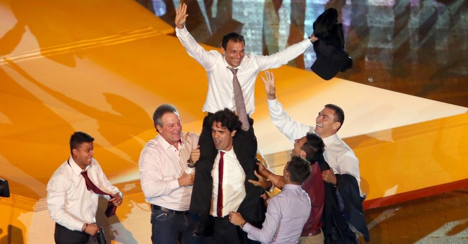 05 abr 2014 -Ex-atacante Fernandão levanta Iarley nos ombros ao lado de Adriano Gabiru, Clemer e Abel Braga durante festa no Beira-Rio