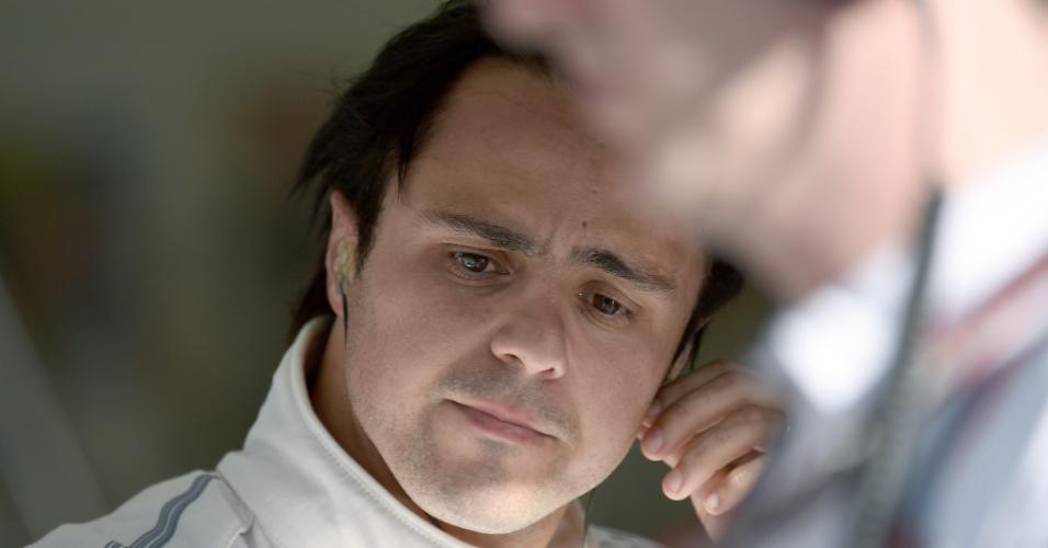 05.04.14 - Felipe Massa retira o capacete após treinos no sábado em Sakhir