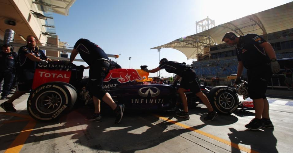 05.abr.2014 - Equipe RBR recolhe o carro de Sebastian Vettel na terceira sessão de treinos livres. O piloto alemão deu apenas oito voltas e ficou em penúltimo