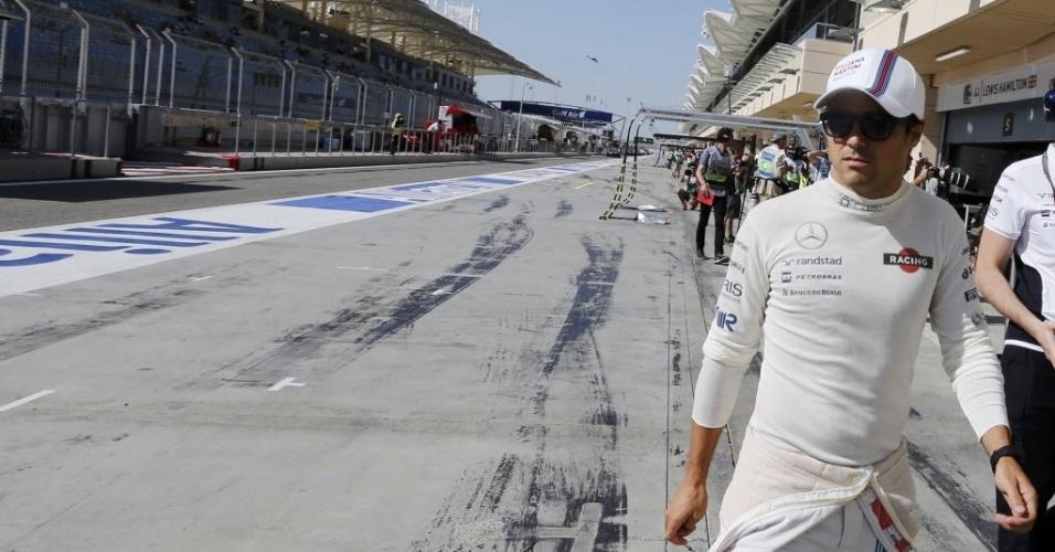 05.abr.2014 - Felipe Massa caminha pelos boxes do circuito de Sakhir. O brasileiro fechou a terceira sessão de treinos livres para o GP do Bahrein na quinta posição