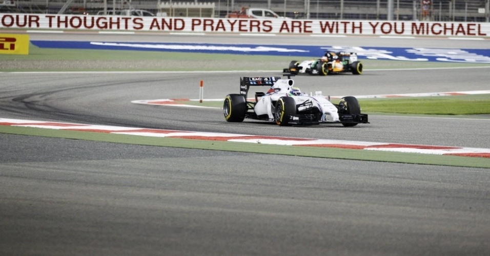 05.abr.2014 - Felipe Massa participa do treino classificatório do GP do Bahrein. O brasileiro largará em sétimo. Ao fundo, uma mensagem homenageia o heptacampeão mundial de F-1 Michael Schumacher, em coma desde dezembro após sofrer um acidente em uma pista de esqui