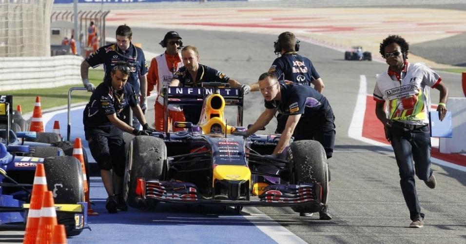 05.abr.2014 - RBR recolhe carro de Sebastian Vettel após o piloto rodar na pista faltando 20 minutos para o fim da terceira sessão de treinos livres do GP do Bahrein. O alemão ficou em penúltimo