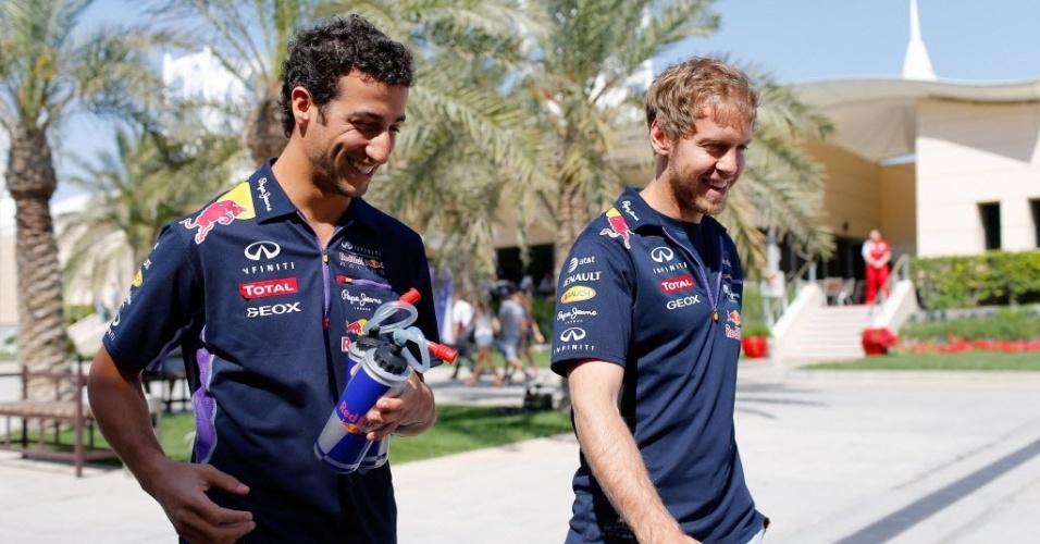 05.mar.2014 - Sebastian Vettel e Daniel Ricciardo, companheiros de RBR, chegam ao circuito de Sakhir para a terceira sessão de treinos livres