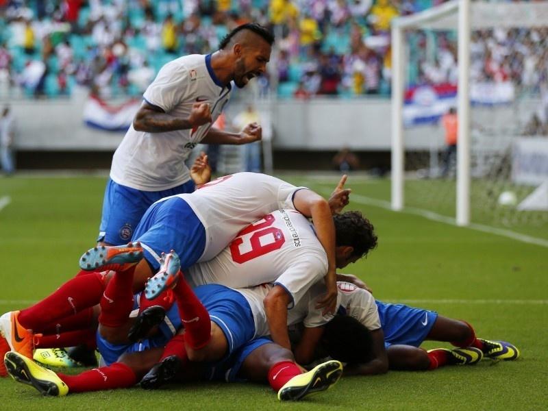 06 abr 2014 - Jogadores do Bahia comemoram gol em triunfo sobre o Vitória no primeiro jogo da final
