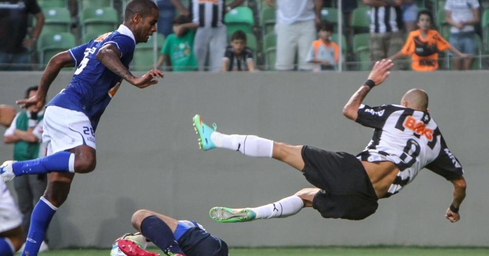 06.abr.2014 - Diego Tardelli vai ao chão após dividir com o goleiro Fábio, no clássico do Atlético-MG contra o Cruzeiro pela final. Empate por 0 a 0