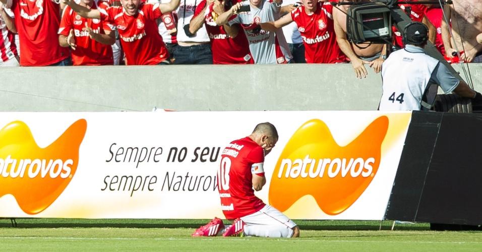 06.abr.2014 - Emocionado, D'Alessandro comemora após marcar contra o Penãrol. O Colorado venceu por 2 a 1