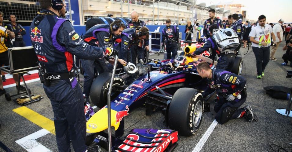 06.abr.2014 - Equipe RBR prepara o carro de Sebastian Vettel antes do GP do Bahrein. O tetracampeão mundial terminou na sexta posição