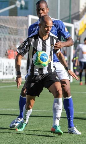6 abril 2014 - Diego Tardelli é marcado em cima pelo zagueiro Dedé, no classico entre Atlético-MG e Cruzeiro