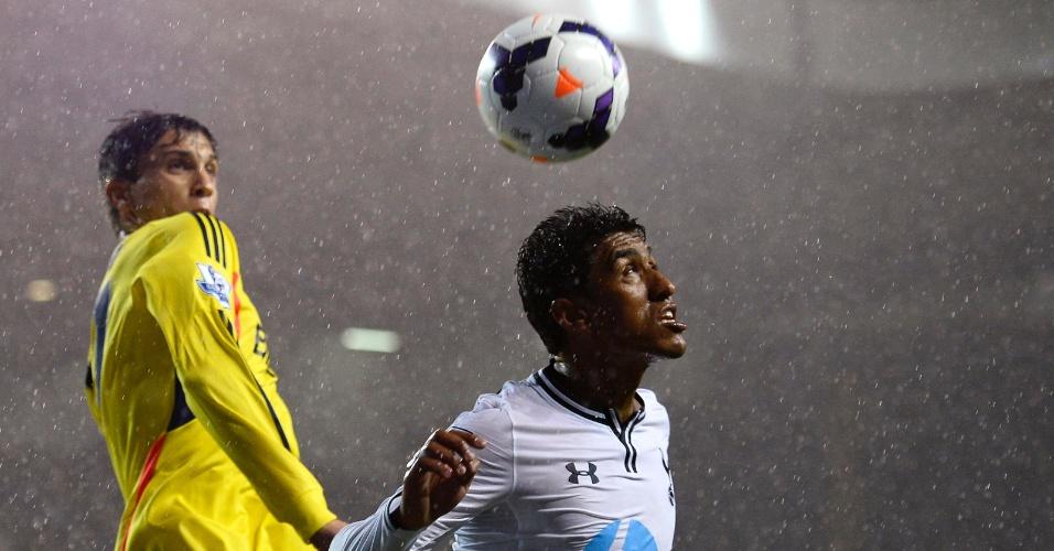 07.04.14 - Paulinho disputa com Vergini, do Sunderland, em partida do Tottenham no Campeonato Inglês
