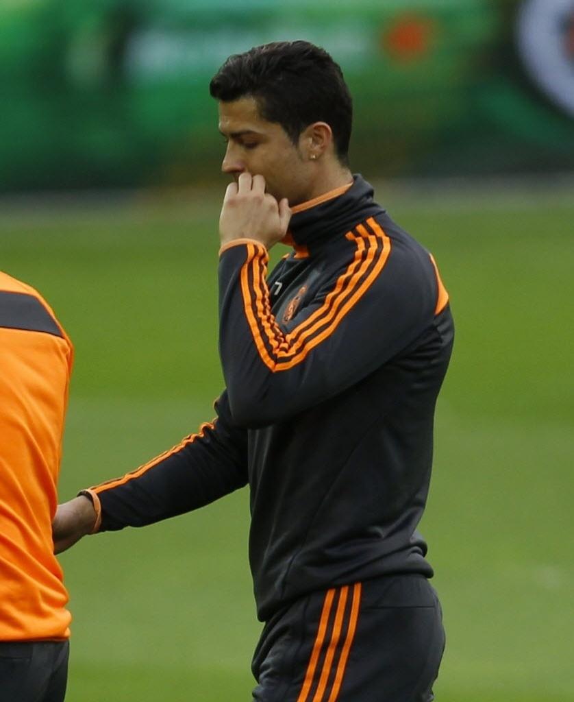 07.abr.2014 - Cristiano Ronaldo deixa o treinamento do Real Madrid na Alemanha com dores no joelho