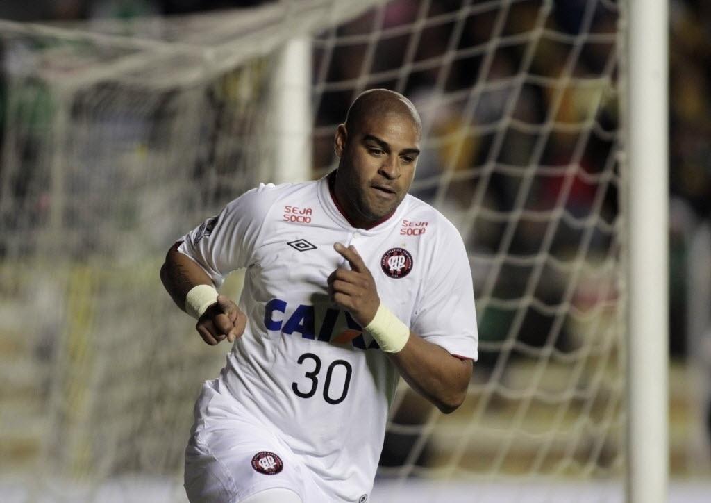 08.04.14 - Adriano comemora seu primeiro gol após ficar dois anos parado no jogo entre Atlético-PR e The Strongest